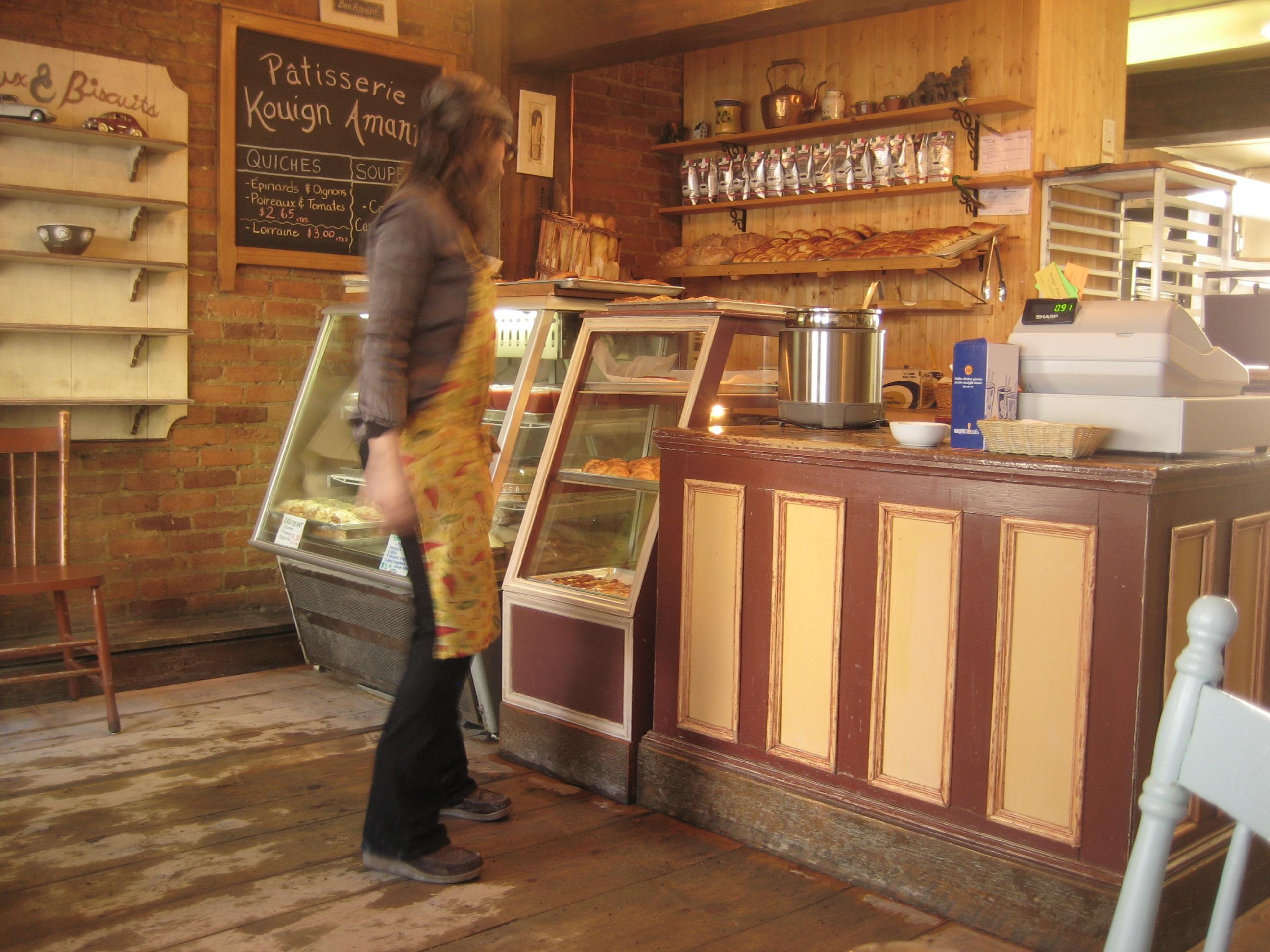 Au suivant ! De préférence, une suivante ! » lance le sympathique préposé derrière le comptoir. « Qui veut du café pendant que je suis là?